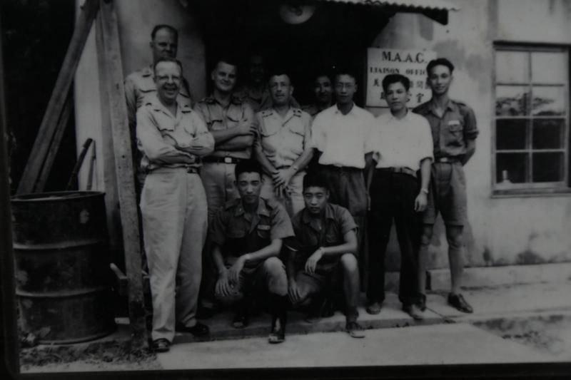 照片中蹲下的兩名國軍當中,右邊的便是年輕時的魏祖志爺爺,他是傅作義叛變後少數從北平逃出的第13軍基層幹部。(魏祖志爺爺提供)