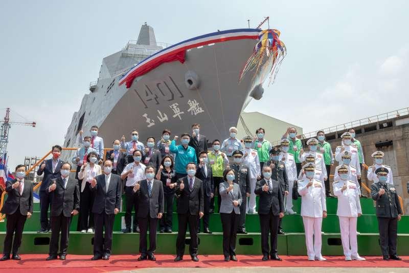 海軍首艘「新型兩棲船塢運輸艦」13日上午在高雄下水,總統蔡英文13日南下主持典禮。(總統府提供)