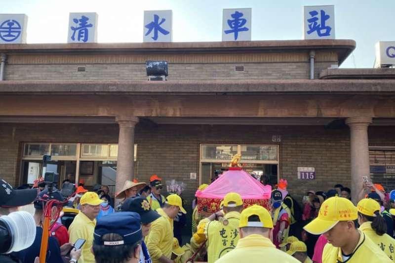 白沙屯媽祖鑾轎衝進清水火車站,停留約10分鐘。(圖/擷取自白沙屯拱天宮FB)