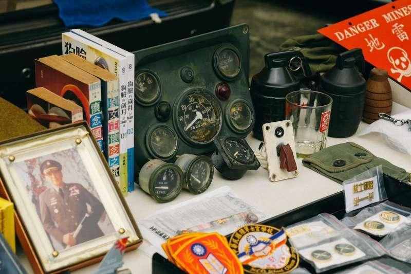 軍事攤友帶來的軍事古物如同小小移動式博物館。(圖/新北市文化局提供)