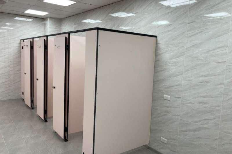 大安濱海旅客服務中心推動整修工程,因內老舊設備及軟硬體設施全面更新,正在進行內部裝修,預計5月底完工開放-服務中心內的女廁也進行重新整修。(圖/臺中市政府)