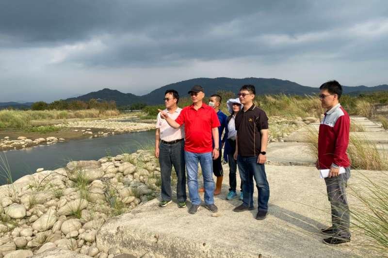 處長呂文豪率旱災應變小組人員,前往旗山溪一幹線取水口實地勘查了解。(圖/農水署高雄管理處提供)