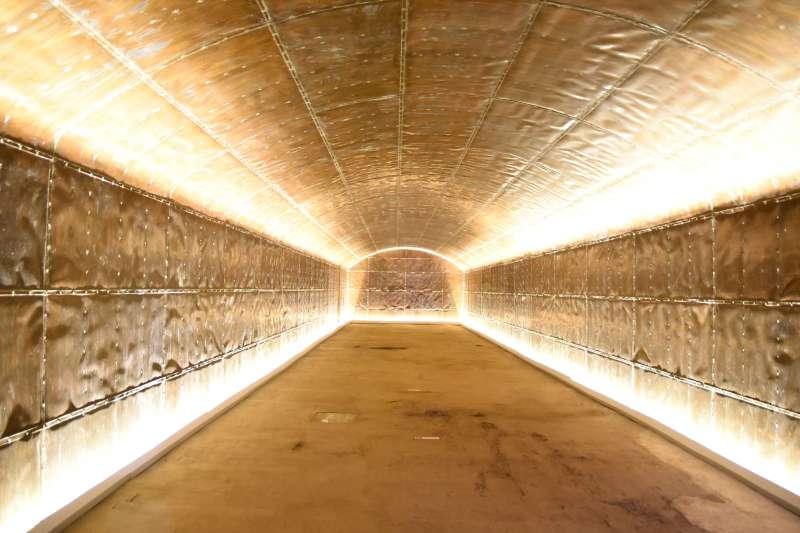 澎湖最具軍事建築價值的「西嶼彈藥本庫」(俗稱銅牆鐵壁)在澎湖縣政府文化局歷時近10年的修復,13日對外開放參觀。(圖/澎湖縣政府提供)