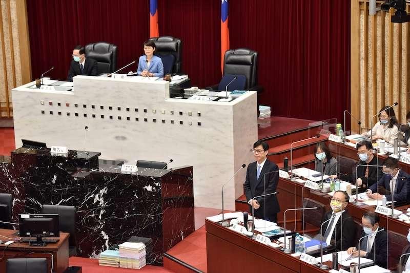 高雄市長陳其邁進行市長施政報告答詢。(圖/高雄市政府提供)