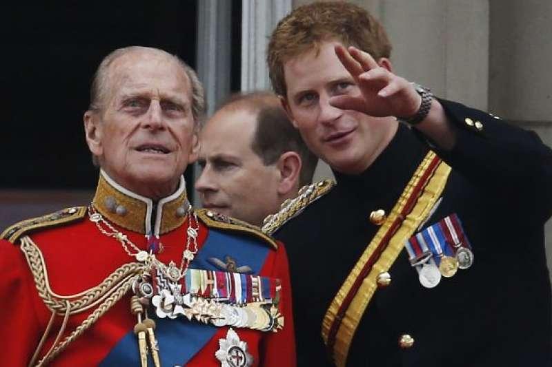 英國哈利王子(右)與祖父菲利普親王(左)(美聯社)
