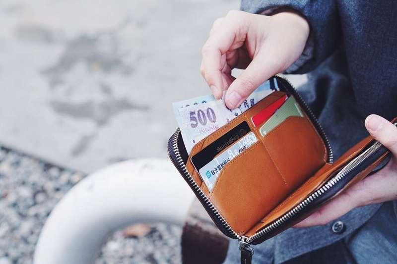 錢包千萬不要放在近臉部物品、近傷口物品和近私密處物品的地方。(圖/取自plain-me@flickr)