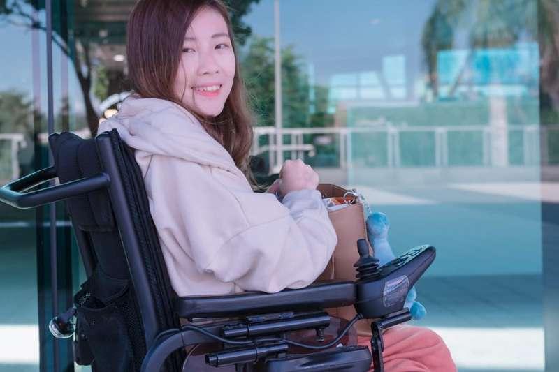 確診「脊髓性肌肉萎縮症」卻仍不輕言放棄,雪莉勇敢地分享自己的求學故事。(圖/取自輪椅女孩雪莉粉專)