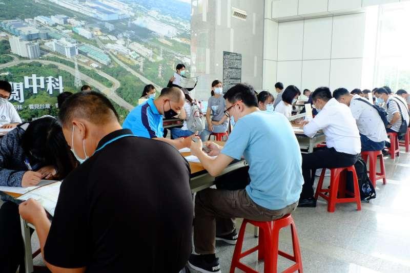 台中市府勞工局去年舉辦就業博覽會時,民眾求職時資料填寫區盛況。(圖/臺中市政府勞工局)