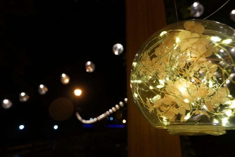 萬里觀光公園絕美「萬金杜鵑基地」,有座落在百米花牆中的開放式玻璃花塢,搭配玻璃燈花球,浪漫唯美。(圖/新北市農業局提供)