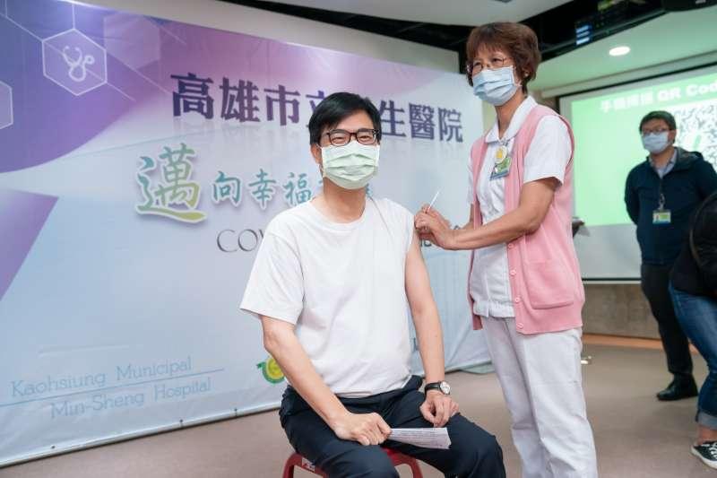 陳其邁前往接種AZ疫苗,呼籲民眾相信施打疫苗利大於弊。(高雄市政府提供)