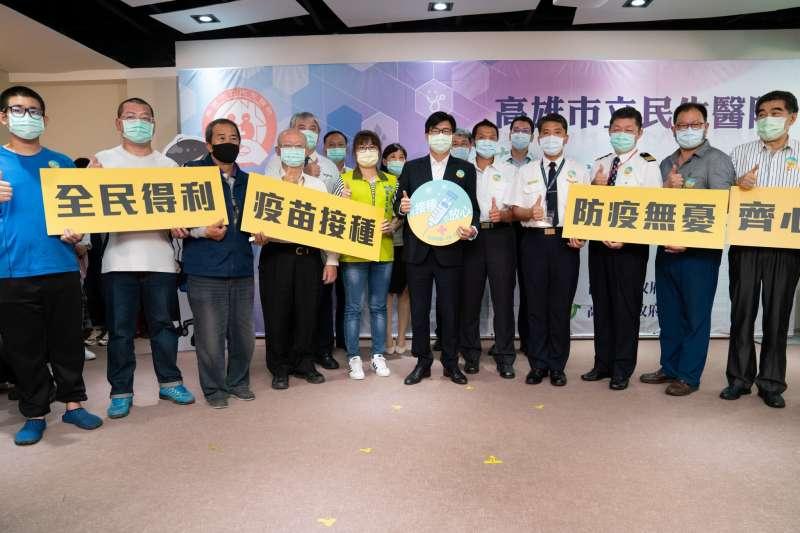 高雄市長陳其邁率同市府防疫團隊,接種COVID-19疫苗,並呼籲民眾依照順序接種疫苗。(圖/高雄市政府提供)