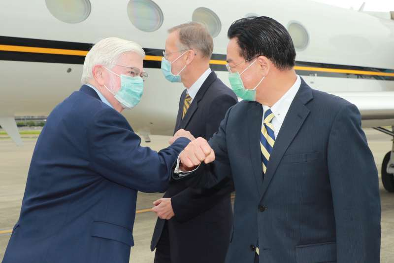 2021年4月14日,美國總統拜登摯友、前聯邦參議員陶德訪問台灣,外長吳釗燮接機(外交部提供)