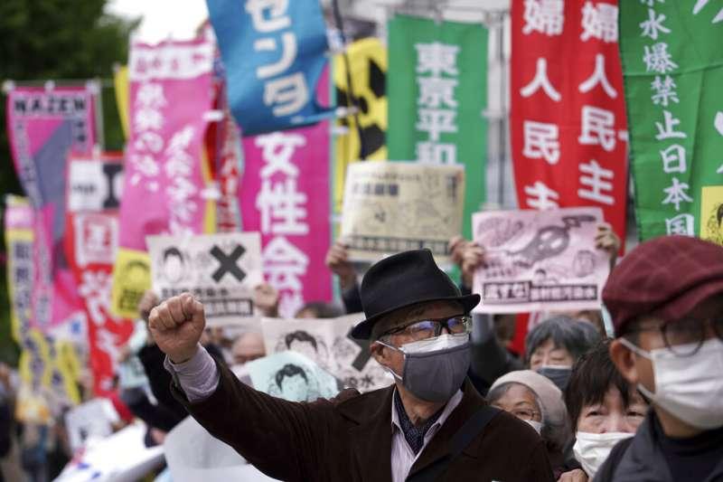 菅義偉內閣13日決議將福島核電廠的「處理水」排入大海後,總理大臣官邸外隨即出現大批抗議民眾。(美聯社)
