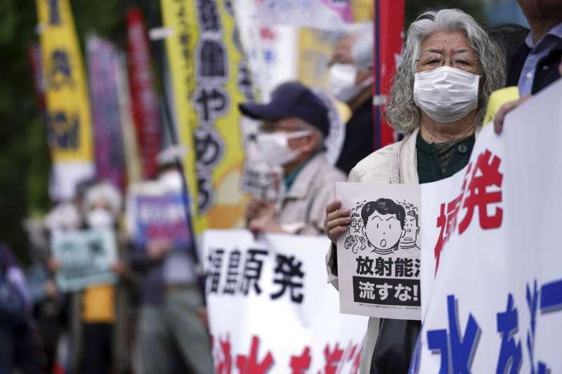 菅義偉內閣決議將福島核電廠的「處理水」排入大海後,總理大臣官邸外隨即出現大批抗議民眾。(美聯社)