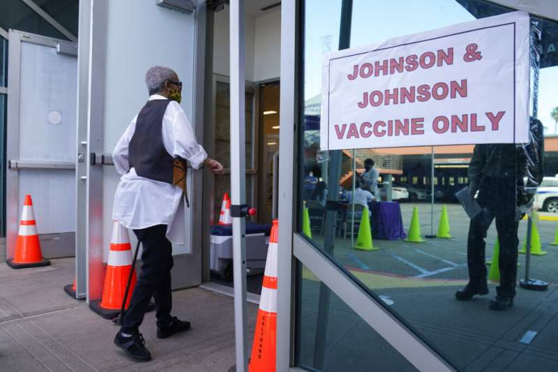 美國聯邦食品暨藥物管理局與美國疾病管制與預防中心CDC13日宣布,各州暫停使用嬌生公司研製的新冠疫苗。(美聯社)