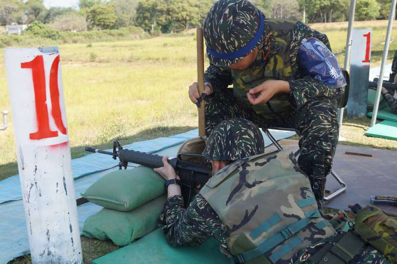 20210414-新訓打靶作為由民轉兵的重要課目,同時也是人員下部隊前得要具備的必要能力,但長期以來,外界仍對其有射擊次數欠缺,以及射擊姿勢未能切合實戰等疑慮。(取自國防部發言人臉書)