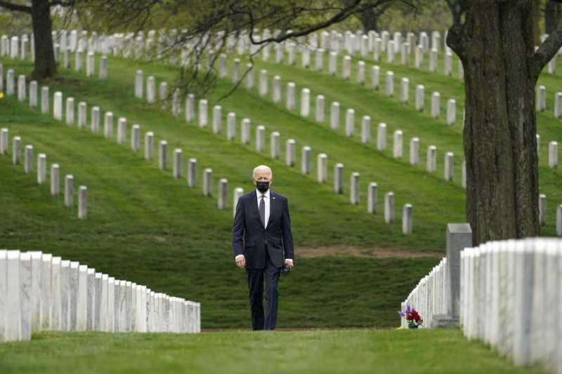 美國宣布將從阿富汗撤軍,終結20年阿富汗戰爭。4月14日,美國總統拜登抵達阿靈頓國家公墓。 (AP)