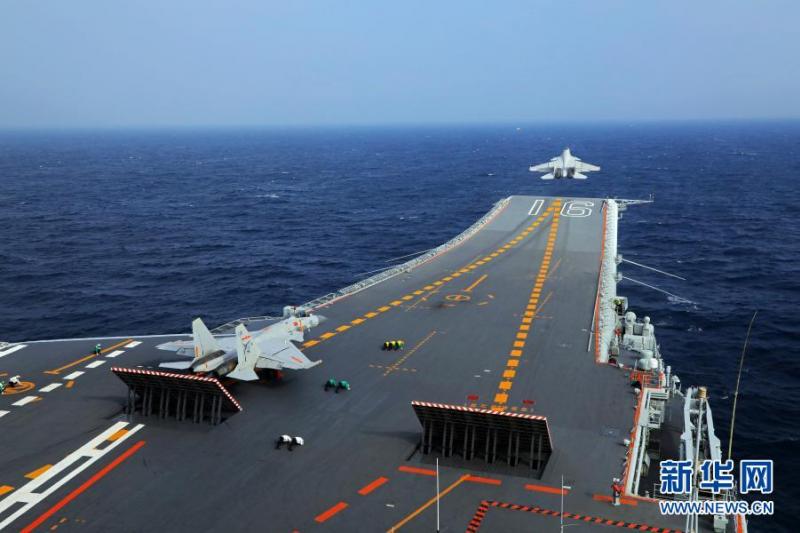 環球時報軍事,日前中國海軍組織遼寧艦航母編隊在臺灣周邊海域進行訓練。圖為殲-15艦載戰鬥機從遼寧艦上滑躍起飛。(新華社資料照片)