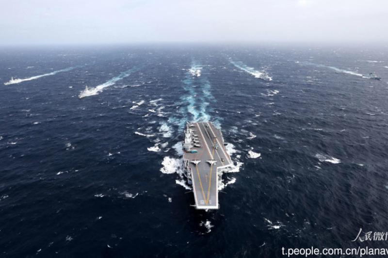中國官方宣佈遼寧艦航母編隊日前在臺灣周邊海域進行例行訓練,引起外界關注。報導指出,本次訓練是中國海軍歷來規模航母編隊最大的一次出航行動;分析指,這次亦是中國海軍055型驅逐艦首次加入有關航母編隊,並參與訓練,將提高編隊的整體戰力。(圖/翻攝人民微博)