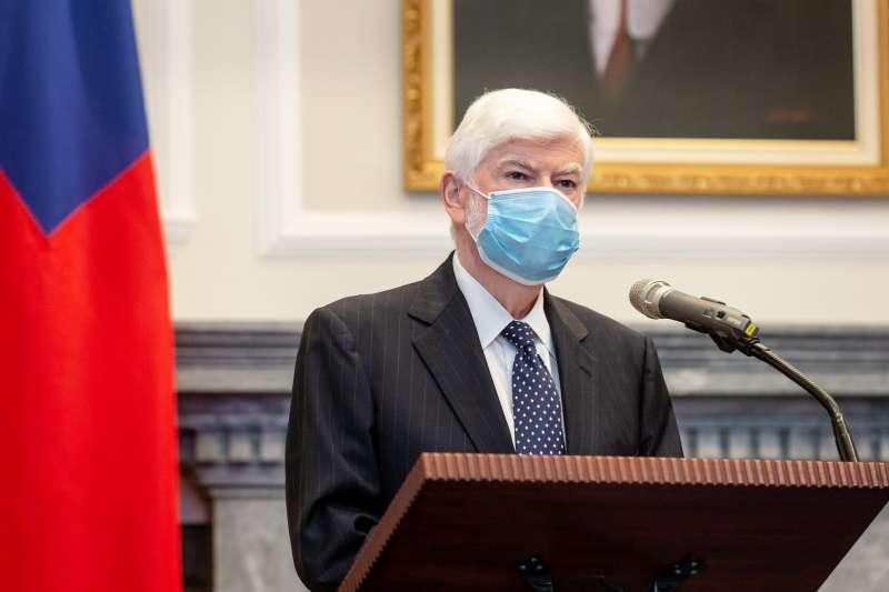 總統蔡英文15日接見美國前聯邦參議員陶德(左),陶德表示會幫助台灣推展國際空間與自我防衛。(總統府flickr提供)