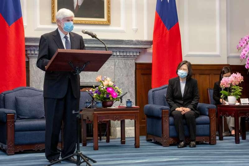 總統蔡英文(中)在總統府內接見美國前聯邦參議員陶德(Christopher Dodd)。(總統府flickr提供)