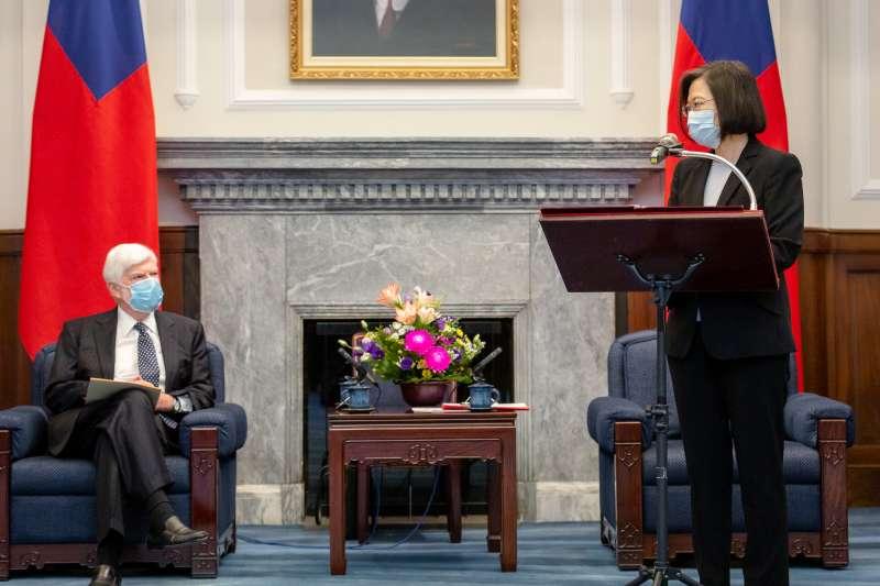 總統蔡英文17日上午在總統府內接見美國總統拜登派遣的資深訪團,並發表演說。(總統府flickr提供)