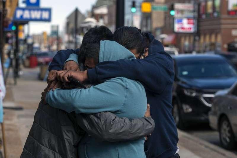 美國芝加哥13歲拉美裔男孩亞當.托萊多3月29日遭到警方擊斃,使城市居民悲慟不已。(AP)