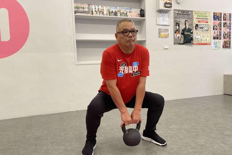 新竹市長擬參選人林耕仁被點名深蹲接力,喚起民眾重視肌力訓練議題。(圖/林耕仁服務處提供)