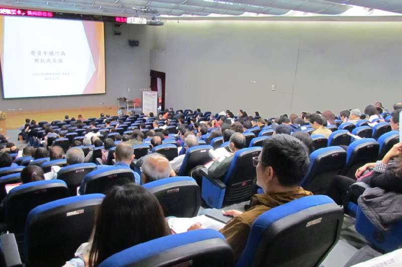 110年新北勞工局再度與政大勞研所、政大法學院及臺灣勞動法學會,鎖定最夯勞動議題,合辦8場次研討會。(圖/新北市勞工局提供)