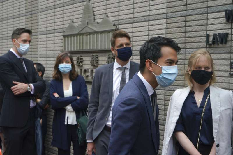 香港多位民主派重要人物被控非法集結,4月16日下午準備宣判,多名外國駐港總領事館人員到場排隊旁聽。(美聯社)