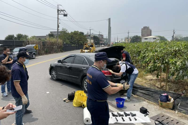高雄市警察局破獲非法持有槍械,並起出多把槍械。(圖/高雄市政府警察局提供)