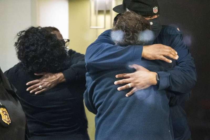 美國15日深夜爆發慘重槍擊案,一名男子闖入印第安納州首府印第安納波利斯一處聯邦快遞公司(FedEx)倉庫開火,擊斃8人。(AP)