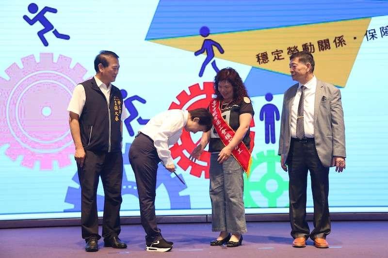 台中市長盧秀燕出席頒獎,感謝模範勞工們為台中經濟發展奮鬥及總工會長期協助市府推動勞工事務。(圖/台中市政府提供)