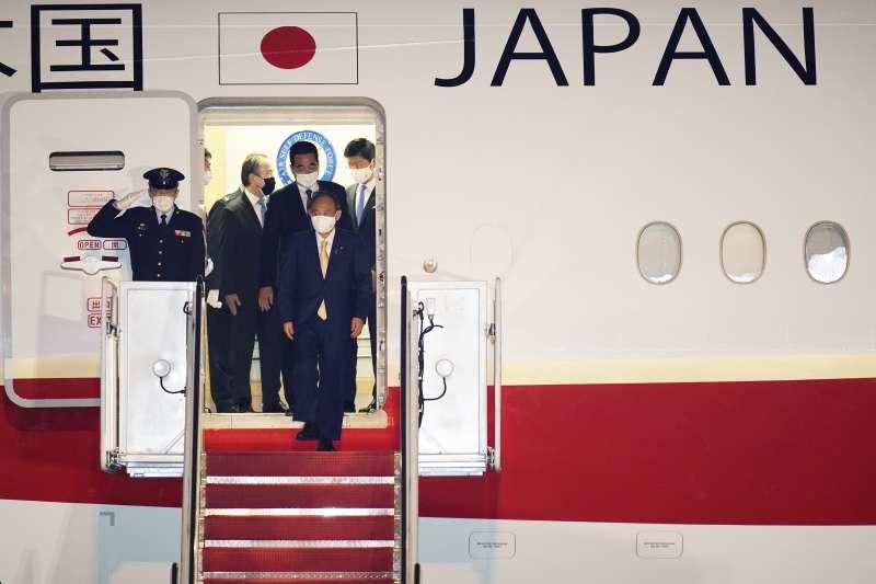 2021年4月15日,日本首相菅義偉飛抵美國華府,進行訪問。(AP)