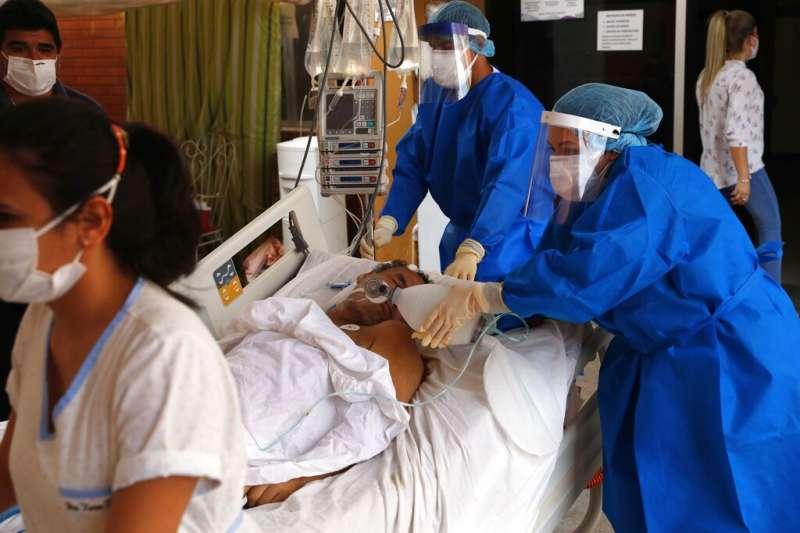 巴拉圭聖羅倫佐市一間醫院正忙著將新冠患者送到加護病房。(美聯社)