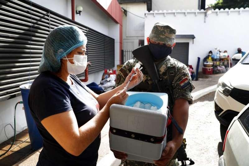 巴拉圭一間醫院正在接收由軍方配送的印度COVAXIN新冠疫苗。(美聯社)