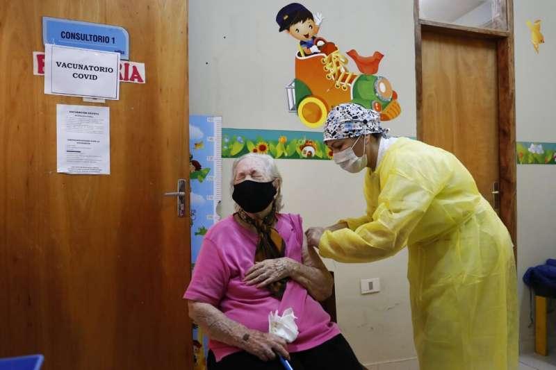 巴拉圭一名婦女正在接受印度COVAXIN新冠疫苗注射。(美聯社)