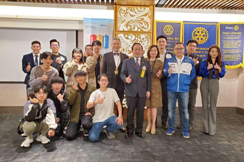 「第二屆交通安全宣導創意微電影競賽」主辦單位與前三名得獎者合影。(圖/主辦單位提供)