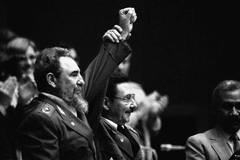 古巴卡斯楚兄弟檔,菲德爾(Fidel Castro,左)與勞爾(Raúl Castro),攝於1986年(AP)