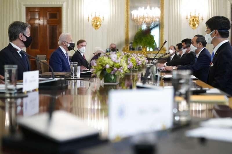 美國總統拜登與日本首相菅義偉率領兩國重要官員在白宮舉行雙邊會談。(美聯社)