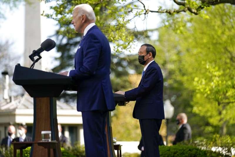 拜登(左)與菅義偉(右)高峰會後發表聯合聲明提及台灣。(美聯社)