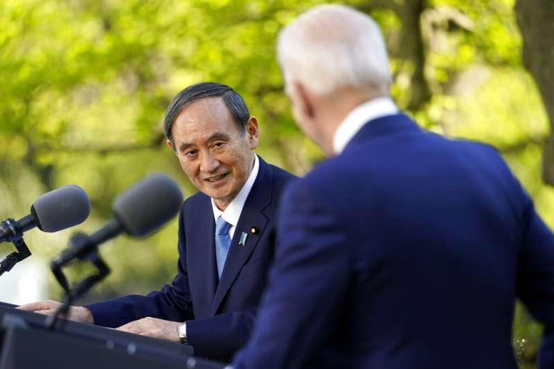 2021年4月16日,日本首相菅義偉與美國總統拜登在白宮玫瑰園舉行聯合記者會。(資料照,美聯社)