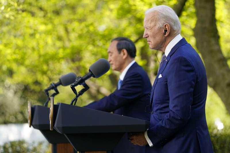 2021年4月16日,日本首相菅義偉與美國總統拜登在白宮玫瑰園舉行聯合記者會。(美聯社)