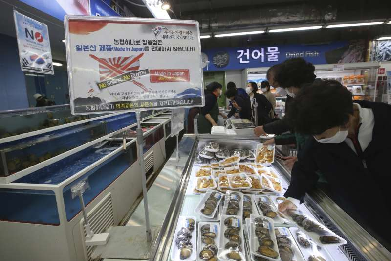 2021年4月,日本政府決定福島核廢水排放入海,南韓水產業者強烈抗議(AP)