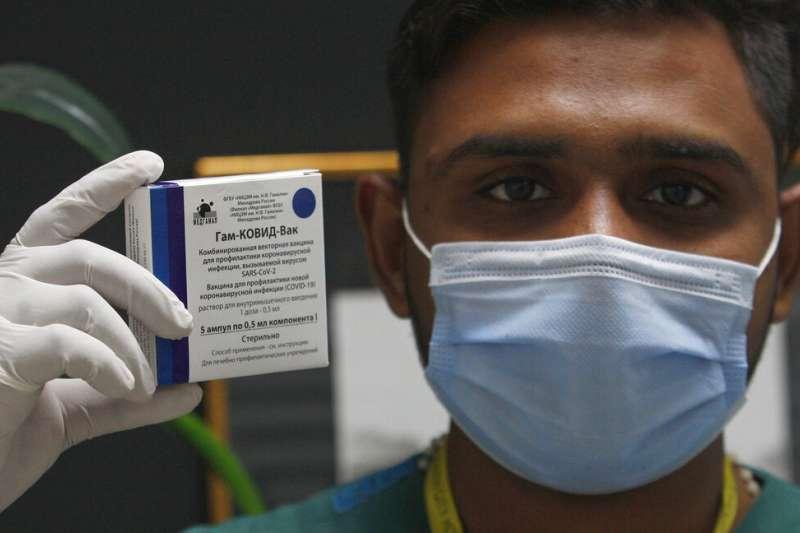 一位巴基斯坦的醫護人員對媒體展示俄羅斯的衛星五號(Sputnik V)新冠疫苗。(美聯社)