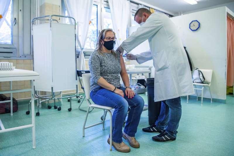 匈牙利的民眾正在接受施打俄羅斯的衛星五號(Sputnik V)新冠疫苗。(美聯社)