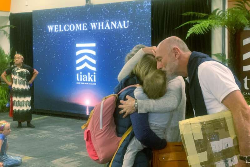 澳洲與紐西蘭19日終於開放旅行泡泡,飛抵雪梨惠靈頓機場的旅客在入境大庭激動地擁抱家人。(美聯社)