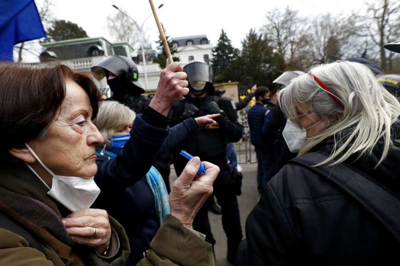 許多捷克民眾4月18日在俄羅斯駐布拉格大使館外抗議。(美聯社)