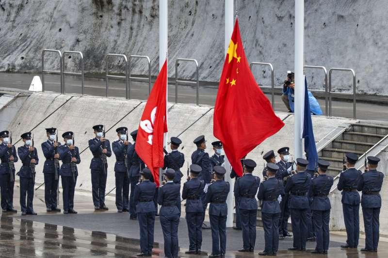 香港警察在「全民國家安全教育日」盛大舉行升旗典禮。(美聯社)