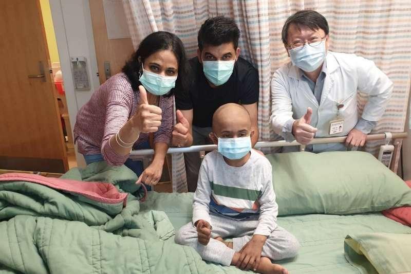 陳榮隆醫師與成功HLA半套相合移植的AARUSH(照片中間)小男孩。(圖/和信醫院提供)